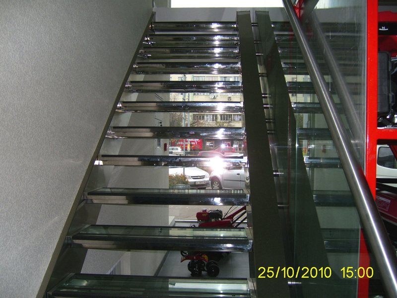 Лестница из нержавейки со стеклянными ступенями