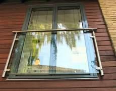 Ограждение окна из металла и стекла